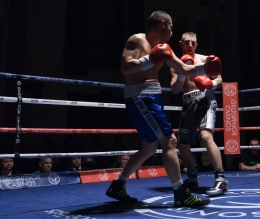 Kiwior able to dodge a right cross thrown by Lyubenov (image: p.media.live)